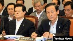 한국의 김장수 청와대 국가안보실장이 21일 국회 운영위 전체회의에서 의원들의 질의에 답하고 있다. 왼쪽은 허태열 대통령 비서실장.