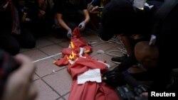 香港抗議者在屯門的示威活動中焚燒中國國旗。(2019年9月21日)