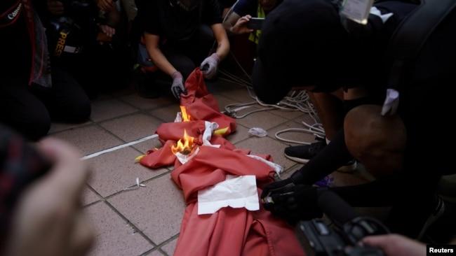 焚烧中国国旗 香港少女被判12个月感化