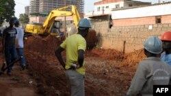 앙골라 루안다의 건설현장에서 외국인 노동자들이 일하고 있다. (자료사진)