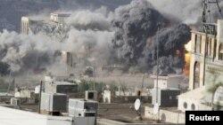 Khói bốc lên từ 1 cuộc không kích vào thành phố Taiz ở tây nam Yemen, 17/4/2015.