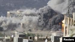 ផ្សែងហើរពាសពេញកន្លែងកើតហេតុកំឡុងការវាយប្រហារតាមអាកាសទៅលើ Republican Palace នៅក្រុង Taiz ភាគនរតីនៃប្រទេសយេម៉ែន កាលពីថ្ងៃទី១៧ ខែមេសា ឆ្នាំ២០១៥។