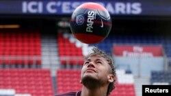 Neymar Jr jongle de la tête avec une balle aux marques de Paris Saint-Germain sa nouvelle équipe, à Paris, 4 août 2017.