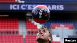 Neymar Jr jongle de la tête au Parc des Princes, à Paris, le 4 août 2017.