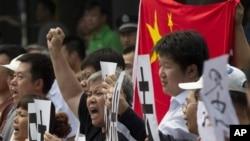 17일 베이징의 중국 주재 일본 대사관 앞에서 열린 시위.