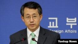 조태영 한국 외교부 대변인이 10일 외교부에서 6자회담 재개 등에 대한 취재진의 질문에 답변하고 있다.