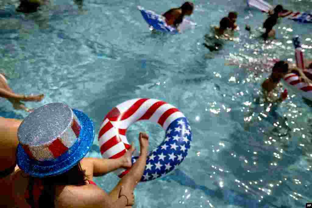 Shannon Anderson, 19 ans, étudiante de première année à l'université Lynn, au bord de la piscine en attendant le débat Obama-Romney