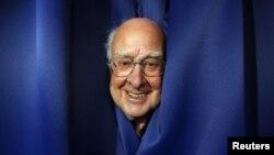 Tras el popular bosón de Higgs se encuentra un físico británico de 83 años que ha pasado desapercibido hasta hoy.