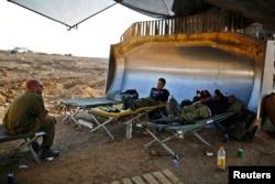 Ateşkes sırasında Gazze sınırında dinlenen İsrail askerleri