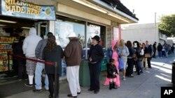 Warga AS antri untuk membeli tiket lotere Powerball di kota Hawthorne, California (foto: dok).