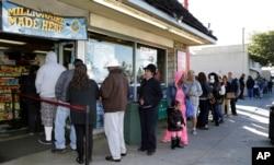 Khách hàng đứng chờ mua vé số Powerball ở thành phố Hawthorne, bang California, ngày 8 tháng 1, 2016.