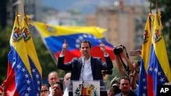 Juan Guaido, mkuu wa upinzani walio wengi katika bunge la Venezuela ajitangaza rais wa muda mpaka uchaguzi utakapo fanyika na anashinikiza Rais Nicolas Maduro ajiuzulu huko Caracas, Venezuela, Jan. 23, 2019.