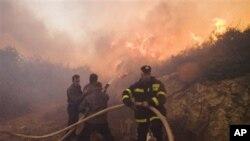 消防人员正在努力扑灭以色列北部的大火