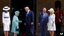 ម្ចាស់ក្សត្រី Queen Elizabeth II យាងស្វាគមន៍លោកប្រធានាធិបតី ដូណាល់ ត្រាំ និងភរិយារបស់លោក គឺលោកស្រី Melania Trump នៅសួនផ្កាព្រះរាជវាំង Buckingham ក្នុងក្រុងឡុងដ៍ កាលពីថ្ងៃទី៣ ខែមិថុនា ឆ្នាំ២០១៩។