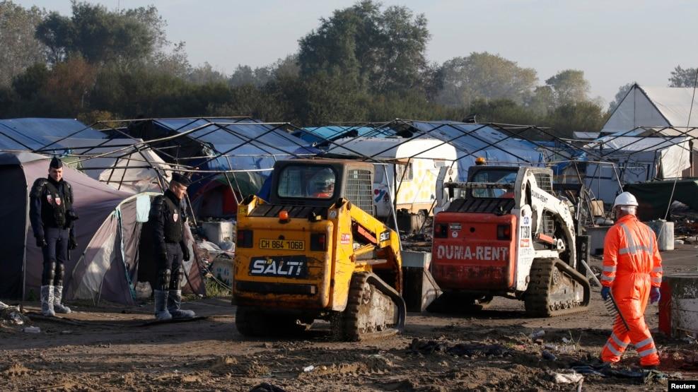 Vazhdon puna për shkatërrimin e kampit të emigrantëve në Kale