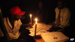 Polling officials are seen at a polling station during the country's referendum in the capital Harare, Mar. 16, 2013.