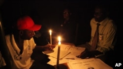 津巴布韦投票站工作人员点算公投票数