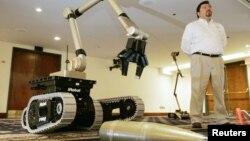 George Bustioloz dari perusahaan iRobot memamerkan robot yang bisa bertugas untuk memantau dan menyingkirkan bom (foto: dok).