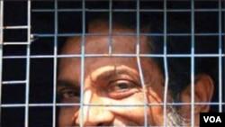 India menjatuhkan hukuman penjara seumur hidup bagi Binayak Sen, dokter anak berusia 60 tahun yang bekerja untuk kelompok masyarakat miskin di kawasan Maois.