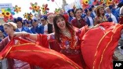 Bailarinas rusas desfilan en la Plaza Roja durante la celebración del Día de los Trabajadores en Moscú.