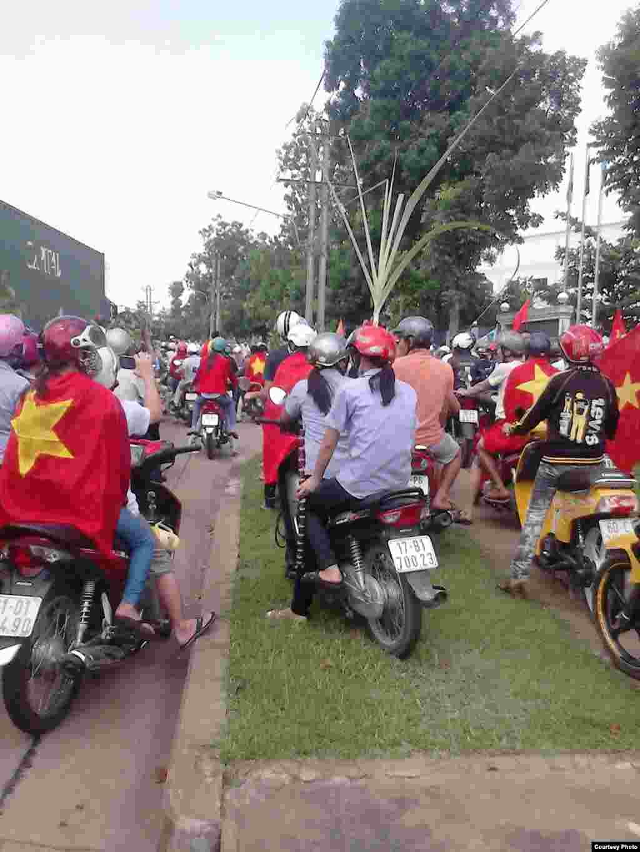 Para demonstran berkumpul di Taman Industrial Amata, kota Bien Hoa, provinsi Dong Nai, Vietnam.