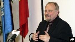 Báo cáo viên Đặc biệt của Liên Hiệp Quốc về tự do tôn giáo, tín ngưỡng Heiner Bielefeldt phát biểu trong một cuộc họp báo tại Hà Nội, ngày 31/7/2014.