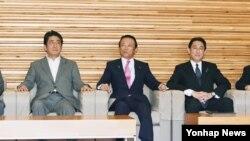 아베 신조 총리(왼쪽)가 24일 주재한 일본 각료회의에서 일본군 위안부 피해자 지원을 위해 한국에 설립된 재단에 10억엔을 출연하는 지출안을 의결했다. 아베 총리 옆으로 아소 다로 부총리 겸 재무상과 기시다 후미오 외무상.
