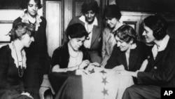 الیس پل در حال دوختن ۳۶مین ستاره روی یک بیرق به بزرگداشت دریافت اکثریت آراء برای تصویب قانون حق رأی گیری زنان در آمریکا ۱۹۲۰