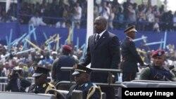 លោក Joseph Kabila ប្រធានាធិបតីរបស់សាធារណរដ្ឋប្រជាធិបតេយ្យកុងហ្គោ (Democratic Republic of Congo) ចូលរួមក្បួនរំលឹកខួបលើកទី៥០នៃថ្ងៃឯករាជ្យ របស់ប្រទេសនេះ កាលពីថ្ងៃទី៣០ ខែមិថុនា ឆ្នាំ២០១០ នៅក្នុងក្រុងគីនស្ហាសា (Kinshasa)។