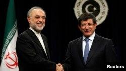 Ngoại trưởng Thổ Nhĩ Kỳ Ahmet Davutoglu và người đồng nhiệm Iran Ali Akbar Salehi tại một cuộc họp báo ở Ankara.