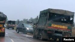 Des vehicules militaires en dehors de Harare, le 14 novembre 2017