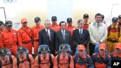 外交部长杨进添和日本驻台代表今井正与搜救队员合影