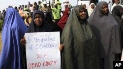 Mulheres muçulmans em protestos na Nigéria (Foto - arquivo). Uma ilustração da indumentária islâmica
