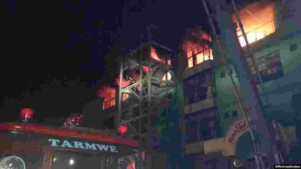 မဂၤလာေစ်း မီးေလာင္ကၽြမ္းေနပံု- သတင္းဓာတ္ပံု မီးသတ္ဦးစီးဌာန