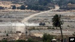 Sebuah kendaraan pasukan keamanan Mesir melakukan patroli di kawasan Semenanjung Sinai dekat Jalur Gaza (foto: dok).