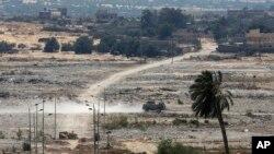 Kendaraan lapis baja milik militer Mesir berpatroli perbatasan Mesir, terlihat dari selatan jalur Gaza, 2 Juli 2015. (Foto: dok).