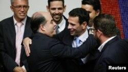 El nuevo presidente de la Asamblea Nacional de Venezuela Julio Borges saluda con el líder de oposición y gobernador del estado Miranda Henrique Capriles.