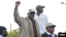 Ketua kelompok oposisi Senegal, Macky Sall (tengah), yang merupakan kandidat dalam pemilihan presiden tanggal 26 Februari, menghadiri aksi protes menolak pencalonan Presiden Wade untuk masa jabatan ketiga kalinya.