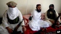 Chỉ huy hàng thứ nhì của Taliban ở Pakistan Waliur Rehman trong một cuộc phỏng vấn của hãng tin AP ở Nam Waziristan 28/7/13