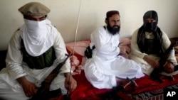 지난 2011년 7월 파키스탄 내 아프간 접경 지역에서 AP 통신과의 인터뷰에 응했던 탈레반 부사령관 왈리우르 레흐만. 지난 29일 미군 무인기 공격에 의해 사망한 것으로 알려졌다.