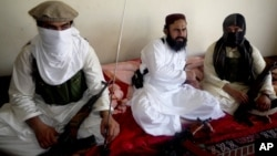 Komandan Taliban Pakistan, Waliur Rehman (tengah, foto: dok). Rehman dikabarkan tewas akibat serangan misil AS di dekat kota Miranshah, Waziristan Utara (29/5).
