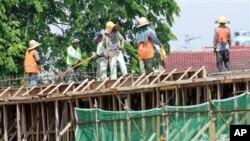 Lao động nước ngoài làm việc tại một công trường xây dựng ở trung tâm thành phố Kuala Lumpur, Malaysia