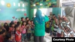Menghibur anak-anak korban gempa lombok di Lombok Tengah (foto: courtesy).
