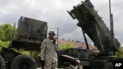 Seorang tentara AS berada di dekat sistem perisai rudal 'Patriot' di Morag, Polandia (foto: ilustrasi).