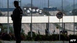 Un miembro de las patrullas de la Guardia Nacional Bolivariana de Venezuela en el puente internacional Tienditas en Ureña, estado Táchira. Foto de archivo.