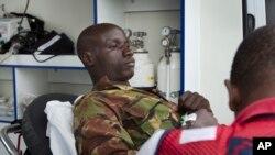 Un soldat kényan, blessé lors de l'attaque de la base militaire en Somalie, reçoit des soins, le 17 janvier 2016 à Nairobi. (AP Photo/Ben Curtis)