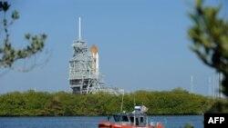 Phi thuyền con thoi Discovery trên dàn phóng tại Trung tâm Không gian Kennedy