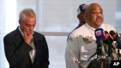 芝加哥警察局長艾迪·約翰遜 (右) 與芝加哥市長伊曼紐爾(左) 出席記者會講述最近的槍擊案情況