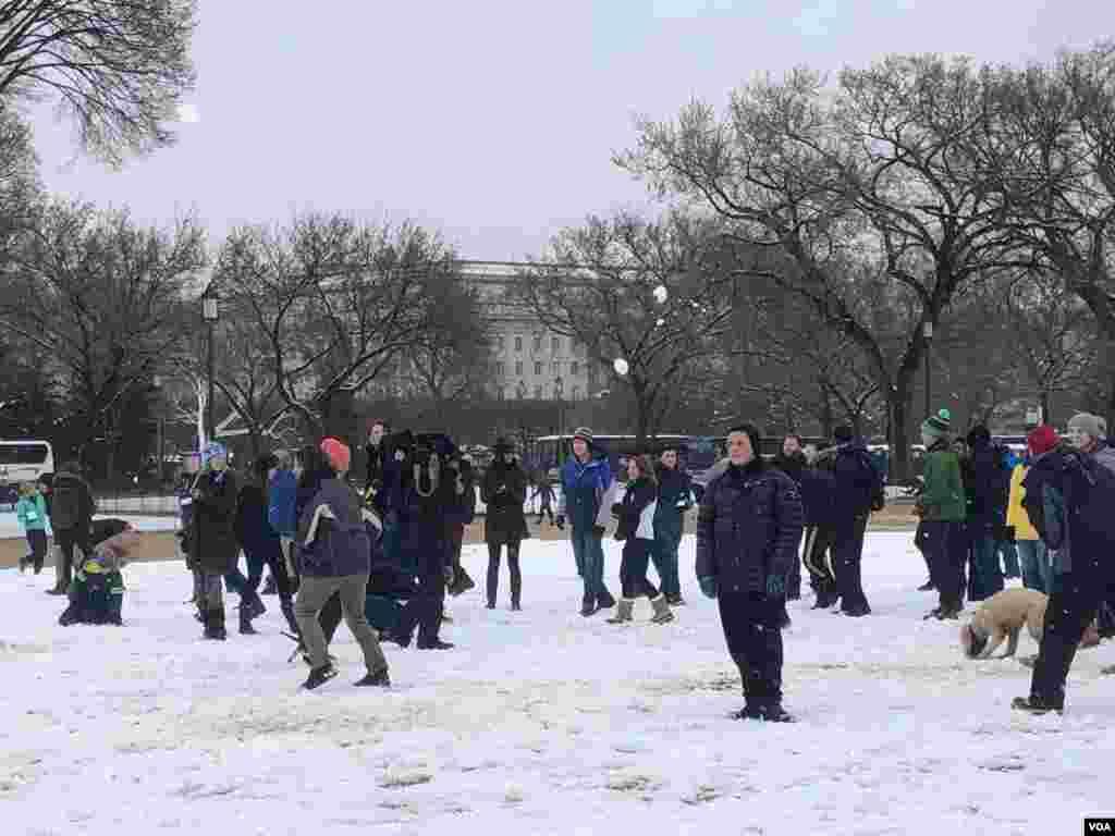 Los asistentes a la batalla de nieve comienzan a reunirse...