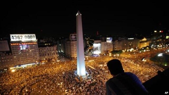 Ratusan ribu warga Argentina melancarkan aksi protes anti-kebijakan pemerintahan Presiden Cristina Fernandez di Buenos Aires (8/11).